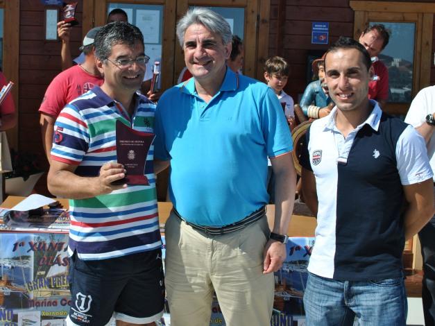 Gerardo Triñanes dono do Laberco, barco mejor conservado, con Alcalde y Concelleiro deportes