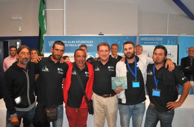 Vencedores clase C_es embarcaci_n A Meca, entrega Carlos Gonz_lez Red el_ctrica